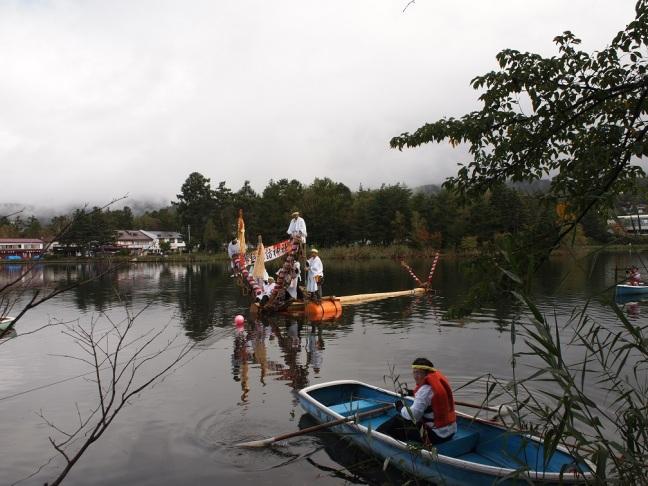 蓼科湖を渡る御柱2