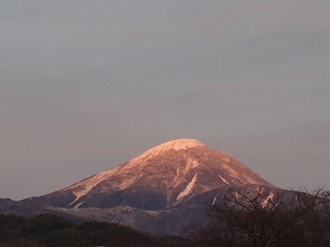 クリスマスの日にローズの光を浴びる蓼科山